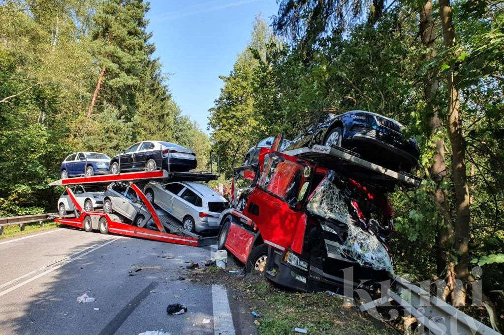 Tragická nehoda čtyř aut u Rančířova. Řidič dodávky zemřel